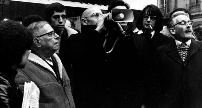 Jean-Paul Sartre (à esq.) ao lado de Foucault durante uma manifestação em 1971 (Reprodução)
