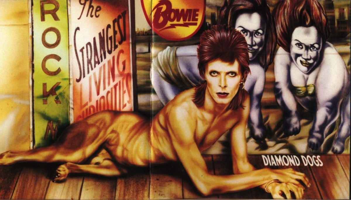 """Diamond Dogs (1974): Depois de ter os diretos negados para produzir um filme baseado em """"1984"""", de George Orwell, Bowie resolve usar o material para compor um disco inspirado pela natureza apocalíptica do romance"""