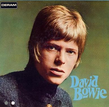 David Bowie (1967): Aos 30 anos, Bowie lança seu primeiro disco