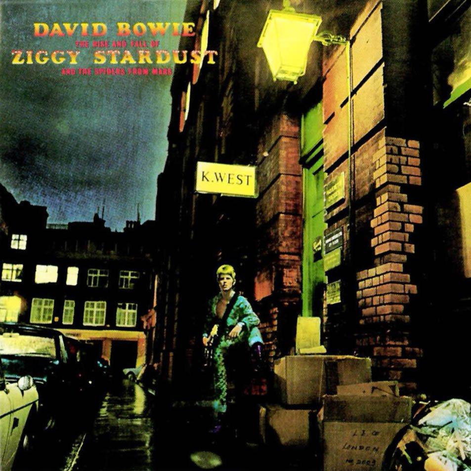 """The Rise and Fall of Ziggy Stardust and the Spiders from Mars (1972): Aclamado pela revista Melody Maker como o melhor álbum dos anos 1970, este é um disco conceitual. Ele conta a história de um alienígena que, numa tentativa de salvar a Terra, acaba formando a banda """"Spiders from Mars"""""""