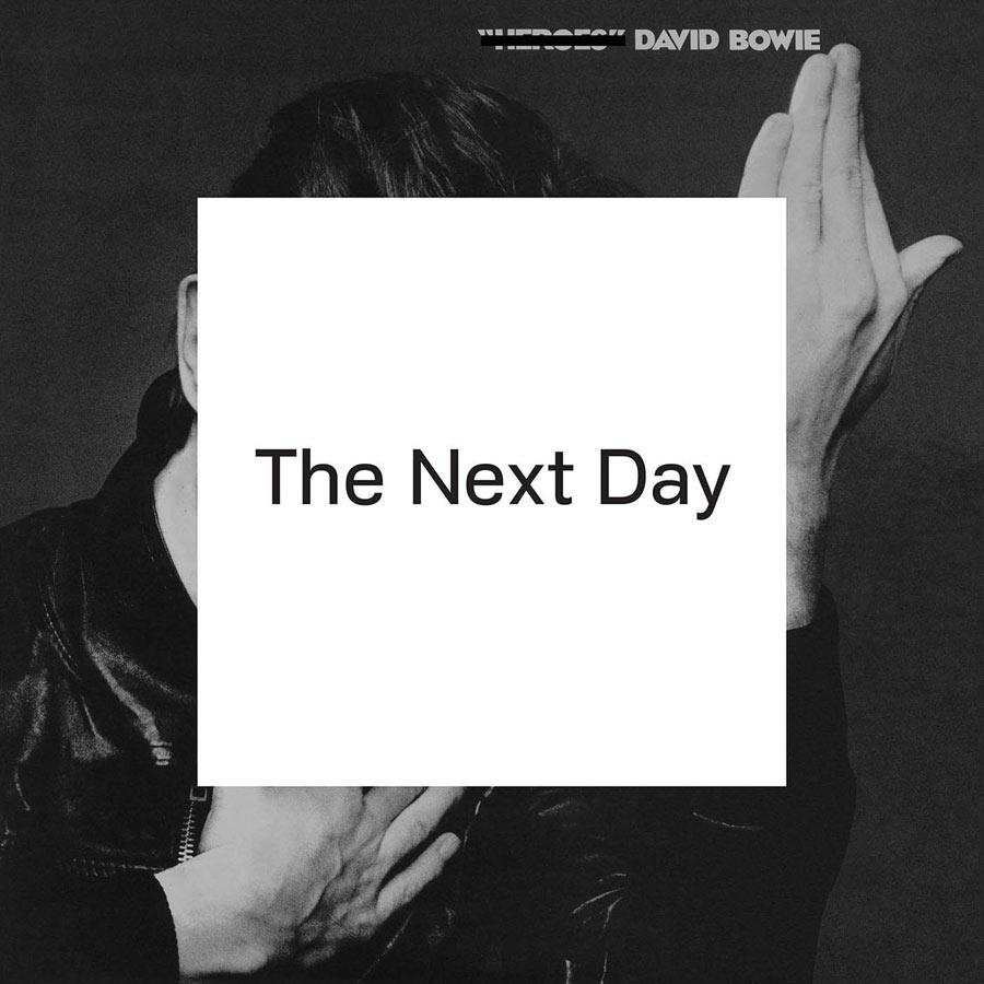 """The Next Day (2013): Depois de dez anos sem lançamentos, o disco se tornou o álbum mais vendido do Reino Unido em apenas uma semana – algo inédito desde """"Black Tie White Noise"""", de 1993"""