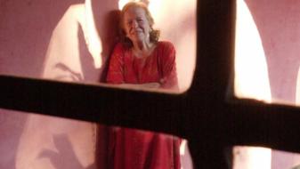 """Hilda, aos 69 anos, na Casa do Sol (Foto Pio Figueroa, Centro de Documentação Cult. """"Alexandre Eulálio"""" / UNICAMP)"""
