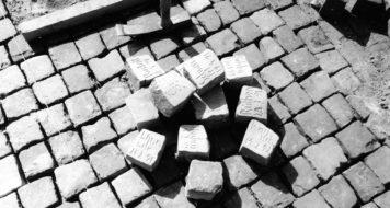2146 Pedras, memorial contra o racismo, realizado em Saarrebrücken por Jochen Gerz, 1993 (Foto Martin Blanke / Gerz studio)