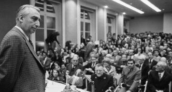 O crítico e professor Roland Barthes no College de France, em 1977 (Reprodução)