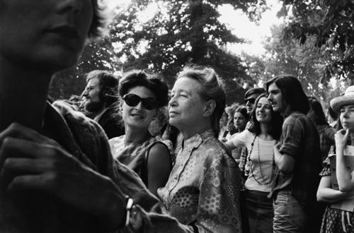 Sylvie Le Bon e Simone de Beauvoir na feira de Mulheres em Vincennes, 1973