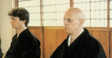 Junto de seu companheiro Daniel Defert, Foucault foi convidado a visitar um mosteiro budista, no Japão, em 1978 (Reprodução)