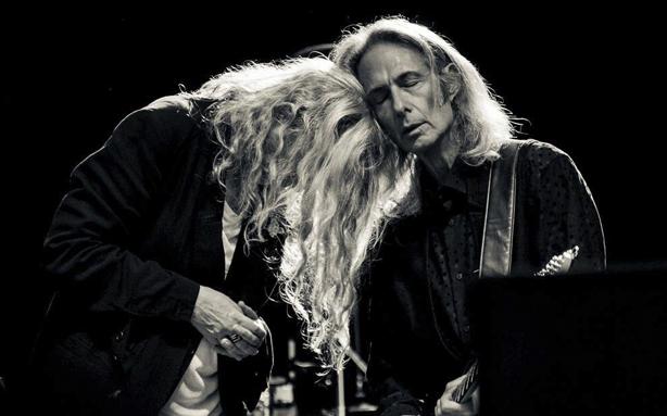 Patti Smith e Lenny Kaye no palco durante o Festival de Verão de Bruxelas, em 2014 (Foto: Lara Herbinia)