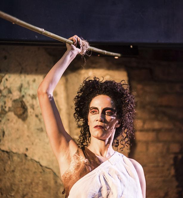 """A atriz Sylvia Prado como Coripheia durante encenação de """"As bacantes"""" (Foto: Bob Sousa)"""