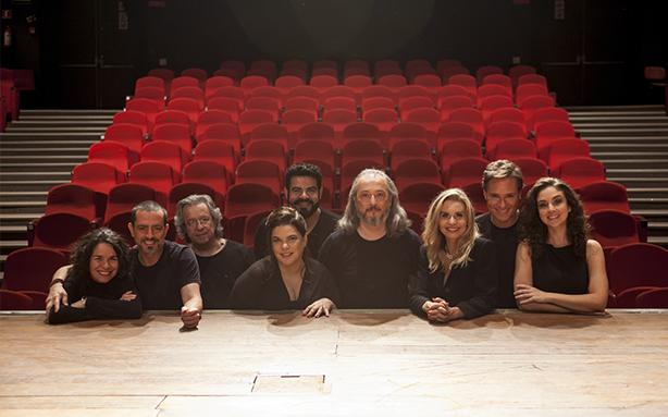 Elenco, diretor e produtora de O Misantropo posando no palco do Aliança (Foto: Laércio Luz)
