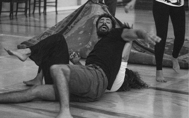 Cauã Reymond interpreta os gêmeos Yaqub e Omar na idade adulta (Foto: Leandro Pagliaro/Fotografias - O processo criativo dos atores de 'Dois irmãos')