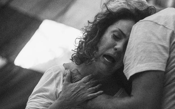 Eliane Giardini em exercício de preparação (Foto: Leandro Pagliaro/Fotografias - O processo criativo dos atores de 'Dois irmãos')