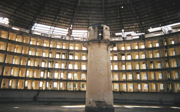"""Presídio modelo em Cuba, baseado no conceito de pan-óptico (projeto que permite observar todos os prisioneiros sem que estes saibam quais deles estão sendo observados, criando o sentimento de """"onisciência invisível""""). (Foto: Divulgação)"""
