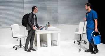 Rodrigo Caetano e Fabio Santarelli em cena do espetáculo 'O assalto' (Foto: Bob Sousa)