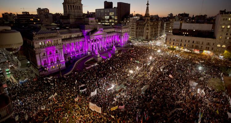 Ato 'Ni una menos', em frente ao Congresso Nacional de Buenos Aires, na Argentina, em outubro de 2016 (Foto: Natacha Pisarenko/AP)