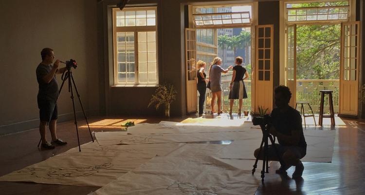 Laerte e as diretoras Lygia Barbosa da Silva e Eliane Brum durante as gravações do documentário 'Laerte-se' (Foto: Tru3Lab/Reprodução)