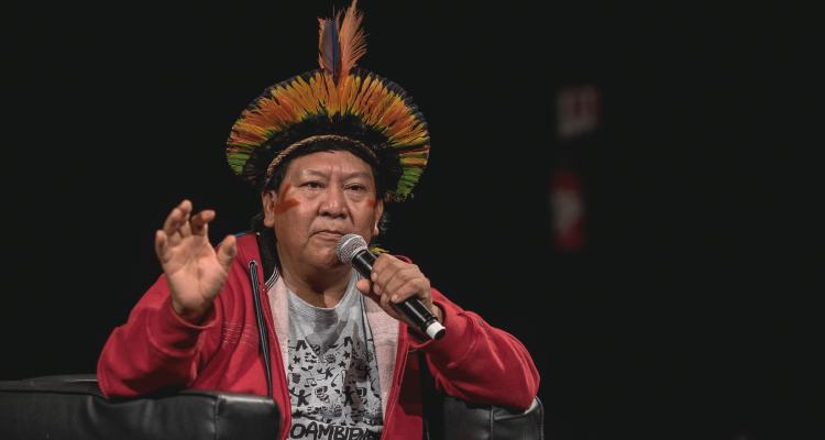 Davi Kopenawa durante os Diálogos Transversais da MITsp, no SESC Belenzinho, em São Paulo (Foto: Nereu Jr /Focoincena /Divulgação)