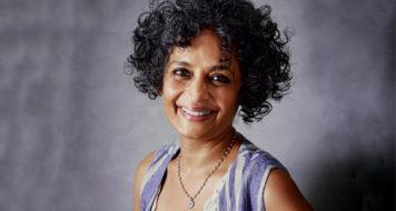 A escritora indiana Arundhati Roy (Elle Magazine /Divulgação)