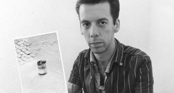 Hélio Oiticica com Bólide Lata 1, Apropriação 2, Consumitivo, 1966 (Foto Claudio Oiticica / Reprodução)