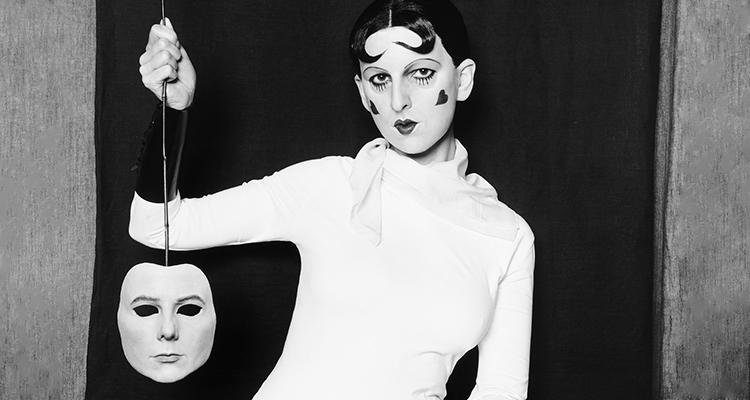 O autorretrato performativo de Gillian Wearing e Claude Cahun, Atrás da máscara, outra máscara, 1927 (Galeria Nacional de Retratos, Londres)