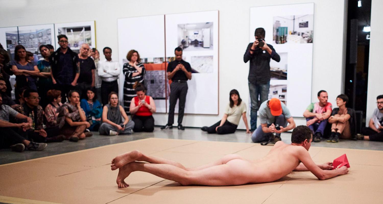 Wagner Schwartz em performance 'La Bête' no Museu de Arte Moderna de São Paulo – MAM (Divulgação)