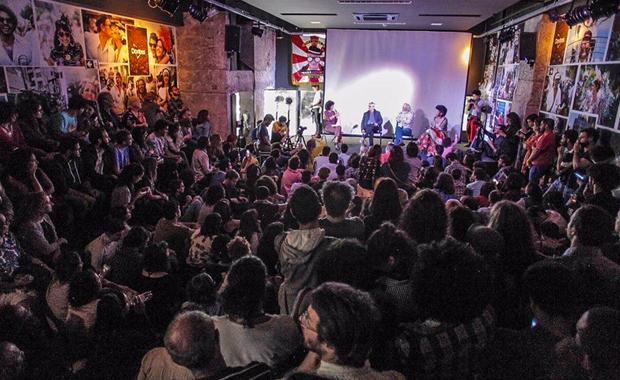 Antonia Pellegrino, Caetano Veloso, Caio Prado e Thalma de Freitas em debate no evento de inauguração da nova sede do Mídia NINJA em São Paulo (Foto Mídia NINJA / Divulgação)