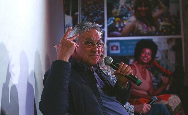 Em debate, Caetano Veloso diz que prioridade do Brasil deve ser enfrentar desigualdade