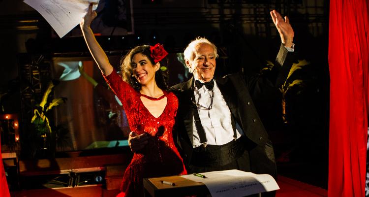 A atriz Camila Mota e o diretor Zé Celso na série 'Cacilda!' (Foto Jennifer Glass)