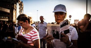 O projeto 'The Taksim Square Book Club' no centro de Istambul contra os conflitos e violência na cidade reuniu pessoas lendo livros em silêncio como forma de protesto, em 2013 (Foto George Henton/Al Jazeera / Divulgação)