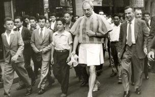 Foto Experiência n. 3' (1956), de Flávio de Carvalho (de saia) (Reprodução)
