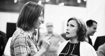Maria Bonomi e Clarice Lispector na exposição individual 'Xilografias: Tranzamazônica-China, de Maria Bonomi, na Galeria Bonino, 1975 (Acervo Maria Bonomi)