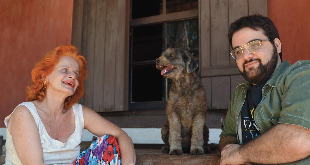 A artista plástica Olga Bilenky e seu filho, Daniel Fuentes, presidente do Instituto Hilda Hilst (Foto Helder Ferreira)