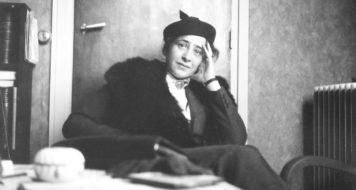 Arendt em um café parisiense, em 1935 (Hannah Arendt Bluecher Literary Trust)
