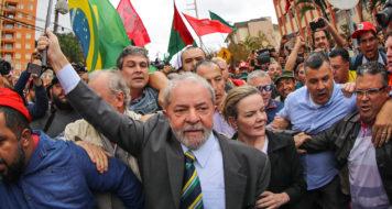 O ex-presidente Lula é recebido por movimentos sociais ao chegar no prédio da Justiça Federal em Curitiba. (Foto Ricardo Stuckert / Fotos públicas)