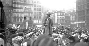Charlotte Perkins Gilman discursando na Union Square, Nova York (Reprodução/ Biblioteca de Harvard)