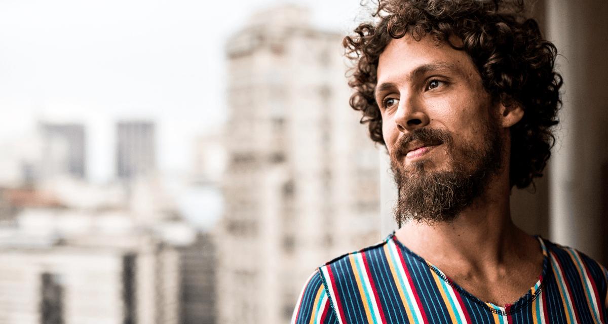 Em novo single, Leo Cavalcanti aborda sofrimento pessoal em meio a turbilhão político