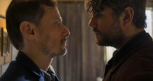 Enrique Diaz e Selton Mello em cena da nova série da Netflix baseada na Operação Lava tem Produção de José Padilha e Elena Soarez / Divulgação