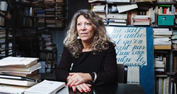 Barbara Cassin em seu escritório, em Paris, 2017 (Foto Frédérique Plas / CNRS Divulgação)
