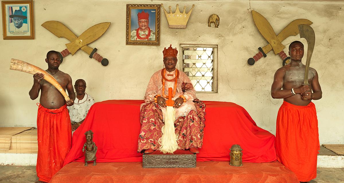 Da série Monarch, 'HRM OHARISI III, OVIE DE UGHELLI', de George Osodi, 2012 (Divulgação)