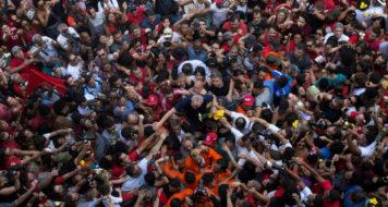 O ex-presidente Lula é carregado por apoiadores no Sindicato dos Metalúrgicos do ABC, em São Bernardo (Francisco Proner/Reprodução)