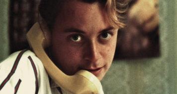 Andrew Solomon na juventude em uma das viagens narradas no livro (Reprodução)