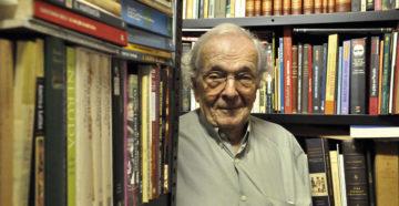 O jornalista Alberto Dines em sua biblioteca, 2014 (Foto: Luiza Fazio)