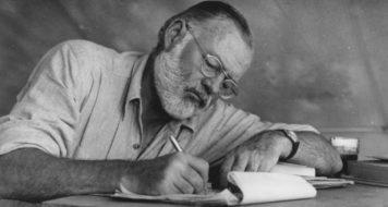 Ernest Hemingway escrevendo em um acampamento no Quênia, em 1953 (Arquivo da Biblioteca John F. Kennedy/ Reprodução)