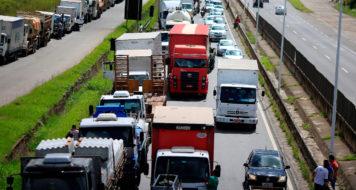 Caminhoneiros fecham estrada BR-324 perto de Salvador (Divulgação)