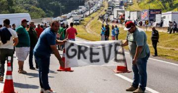 Caminhoneiros bloqueiam a rodovia Régis Bittencourt, em São Paulo, SP (Foto: Miguel Schincariol/AFP)