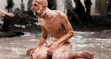 Maikon Kempinski durante a performance 'DNA de DAN', alvo de denúncias por obscenidade (Foto Victor Takayama / Divulgação)