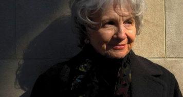 A escritora Alice Munro em Nova York, 2005 (Foto Andrew Testa / Rex)
