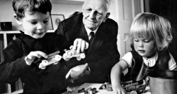 O autor de 'O brincar e a realidade', com crianças em seu consultório, década de 1960 (Cortesia de Winnicott Trust e Wellcome Collection, Londres)