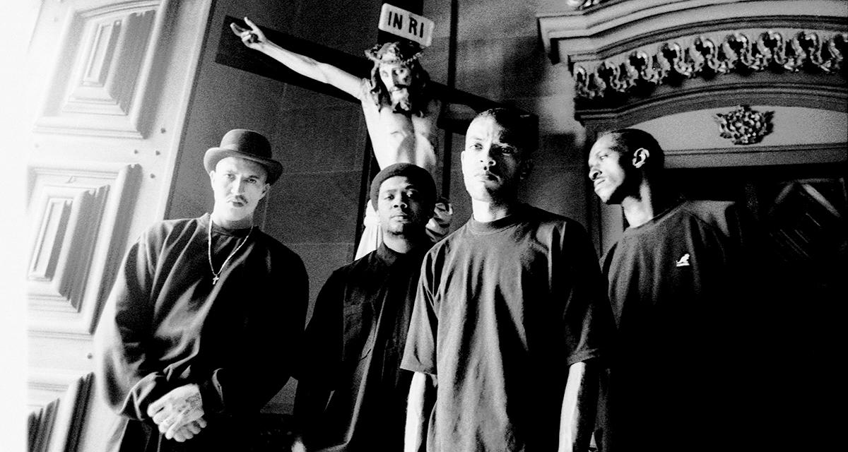 Racionais MC's na Basílica de Nossa Senhora do Carmo, 1997, em São Paulo, em ensaio de divulgação do disco Sobrevivendo no Inferno / Foto Klaus Mitteldorf