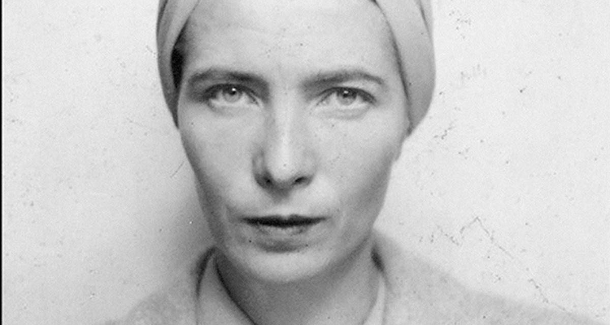 Simone de Beauvoir em foto de documento, em 1939, ano anterior à ocupação da França pelos nazistas durante a Segunda Guerra Mundial