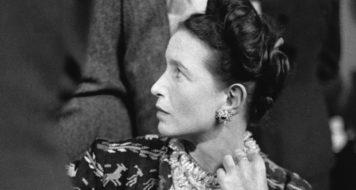 Simone de Beauvoir em Paris, agosto de 1947, ano em que publica o ensaio Por uma moral da ambiguidade